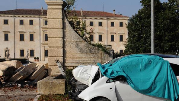 Ragazza si schianta contro il portone di una storica villa - Piscine isola della scala ...
