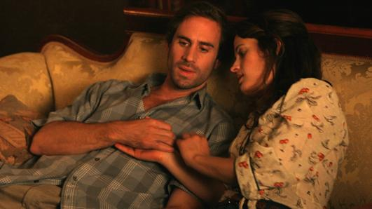 Joseph Fiennes e Elizabeth Reaser in una scena del film «Against the current»