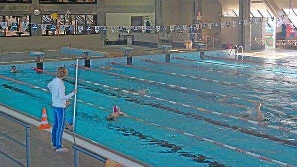 bagnanti alla piscina coperta unico modo per nuotare