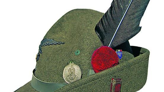Quello strano cappello di feltro a larga tesa br   ornato di una penna 39ad14e21197