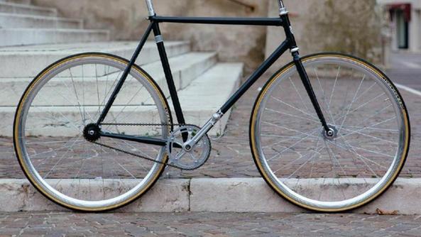 Costruiscono Biciclette Fixed Lidea Vincente Di Due Giovani