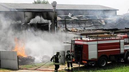 Un capannone va in fiamme l 39 arpav interviene per l 39 eternit for Ingrosso mobili trento