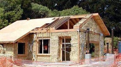 La contrada rinasce coi muri di paglia home l 39 arena - Costruire una casa in paglia ...
