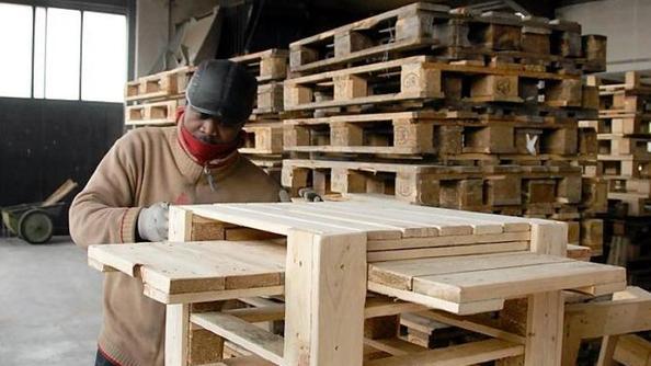 Trasforma i bancali a pezzi in mobili per casa e giardino - Mobili fatti con bancali ...