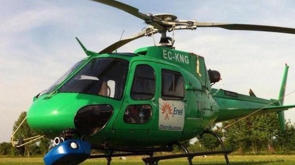 Elicottero Nero E Giallo : Strane evoluzioni in elicottero ma è l enel che controlla