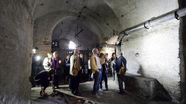 Un momento della visita alle cantine del palazzo FOTO MARCHIORI