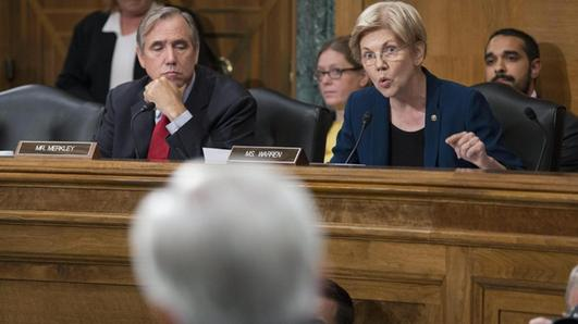 Elizabeth Warren durante la sua requisitoria di fronte a John Stumpf