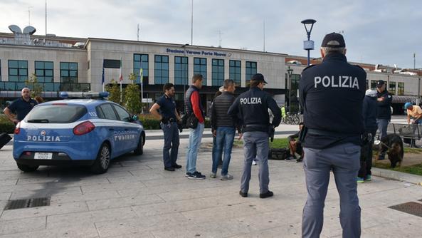 Porta nuova ancora controlli della polizia citt l 39 arena - Distanza tra stazione porta nuova e arena di verona ...