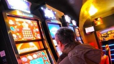 Un giocatore in una sala per slot machine