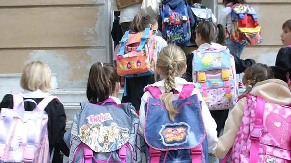 Un gruppo di bambini delle elementari all'ingresso della scuola