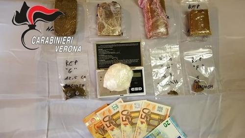 Le banconote e la droga sequestrate