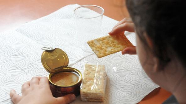 Per pranzo a scuola una bambina riceve tonno e cracker DIENNEFOTO