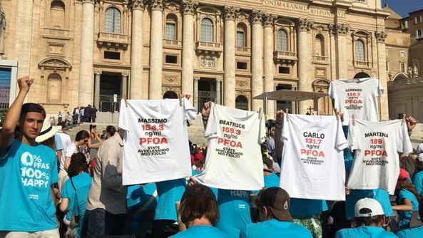 Una passata protesta dei genitori No Pfas in piazza San Pietro a Roma
