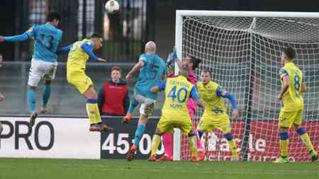 L'incornata perfetta di Tuia vale il vantaggio per il Benevento in pieno recupero della prima frazione di gara; Chievo-Benevento 1-2.