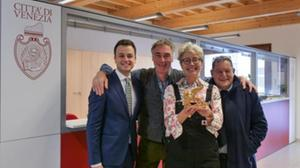 Emma Thompson e Greg Wise all'anagrafe di Venezia (foto Comune di Venezia)