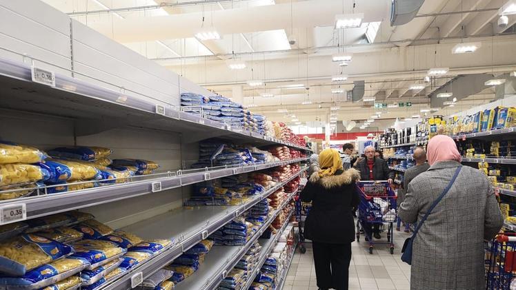 Un anno fa: assalto ai supermercati per il cibo, mascherine e gel introvabili