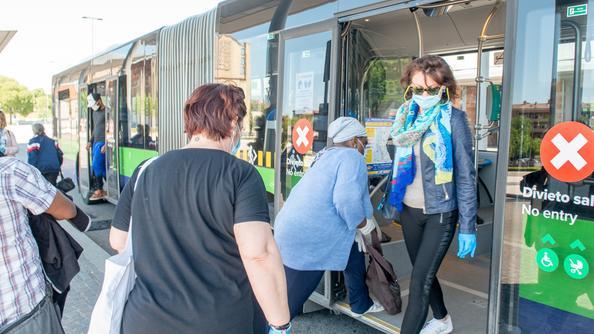 Passeggeri su un autobus in stazione (foto Marchiori)