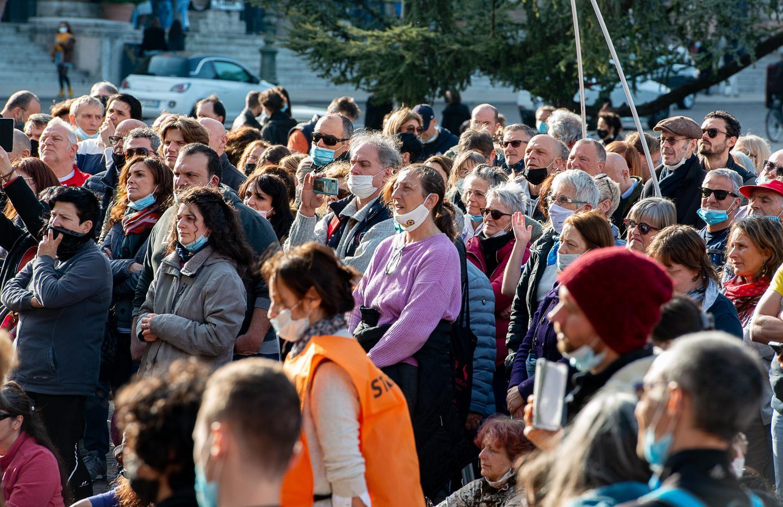 Manifestazione di centinaia di «no-vax» in Bra: mascherine abbassate e tutti vicini