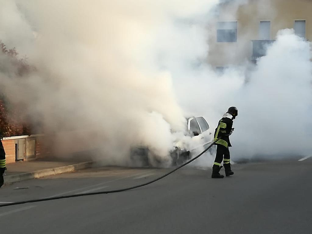 Parcheggia, esce dall'auto e scoppia l'incendio