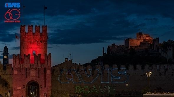 Porta Verona illuminata di rosso dall'Avis per promuovere la donazione del sangue