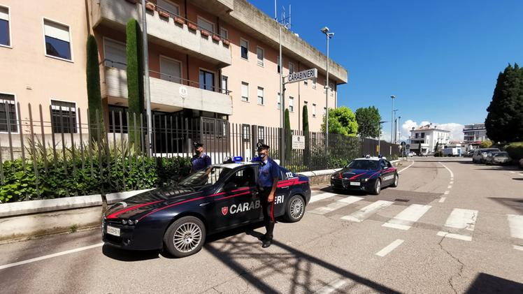 Rubano due bici da 10mila euro a una coppia di turisti. Uno preso mentre era ancora in sella e arrestato