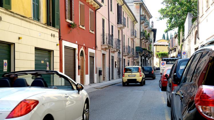 Si sdraiano sull'asfalto in via Santa Chiara e aspettano l'arrivo delle auto