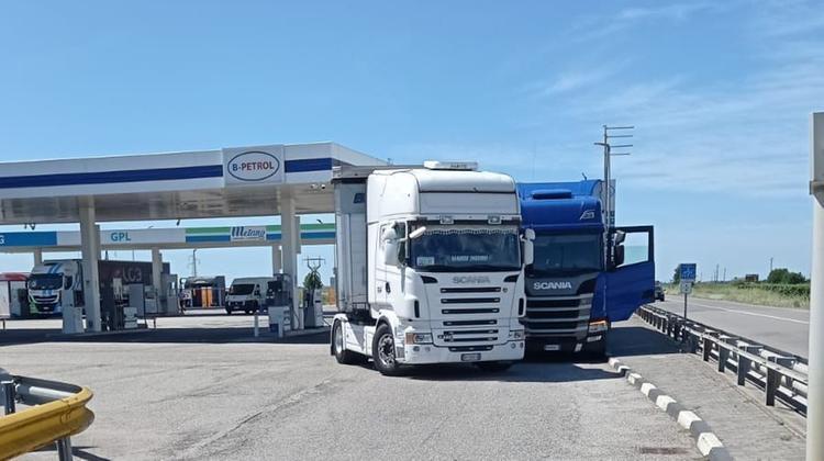 Camionista blocca la folle corsa di un altro tir a pochi metri dal silos di metano