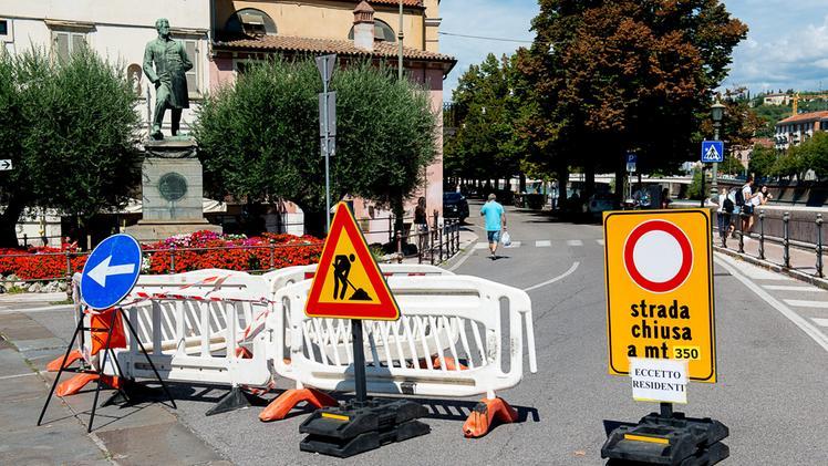 I cartelli di chiusura: lungadige Rubele è stato riaperto oggi